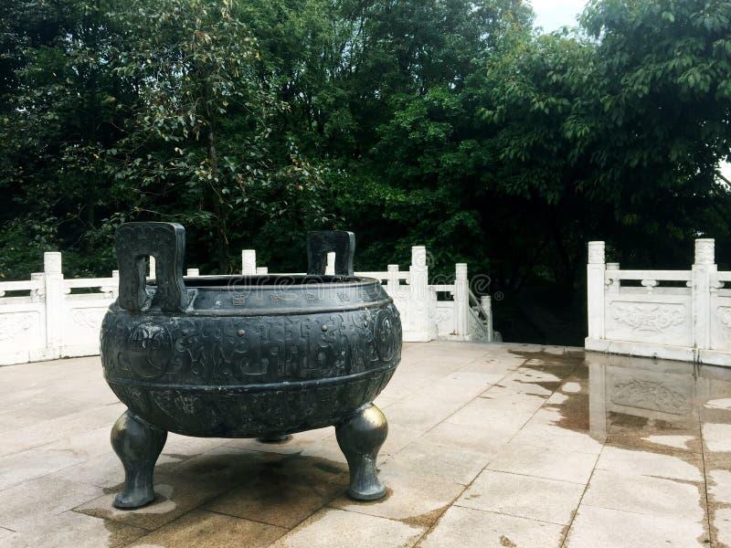Tilín de bronce del trípode imagen de archivo