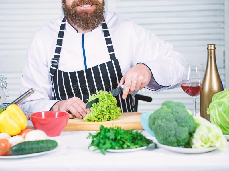 ?til para a quantidade significativa de cozinhar m?todos Processos de cozimento b?sicos Cozinheiro chefe mestre do homem ou alime fotografia de stock royalty free