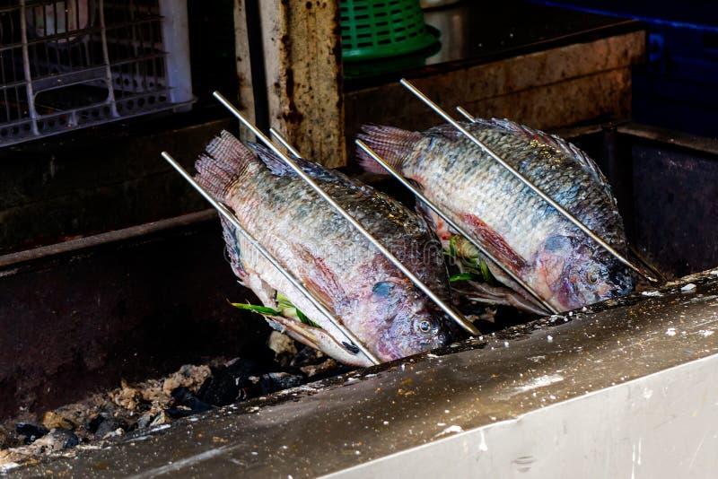 Tilapia grillé délicieux frais du Nil photographie stock libre de droits