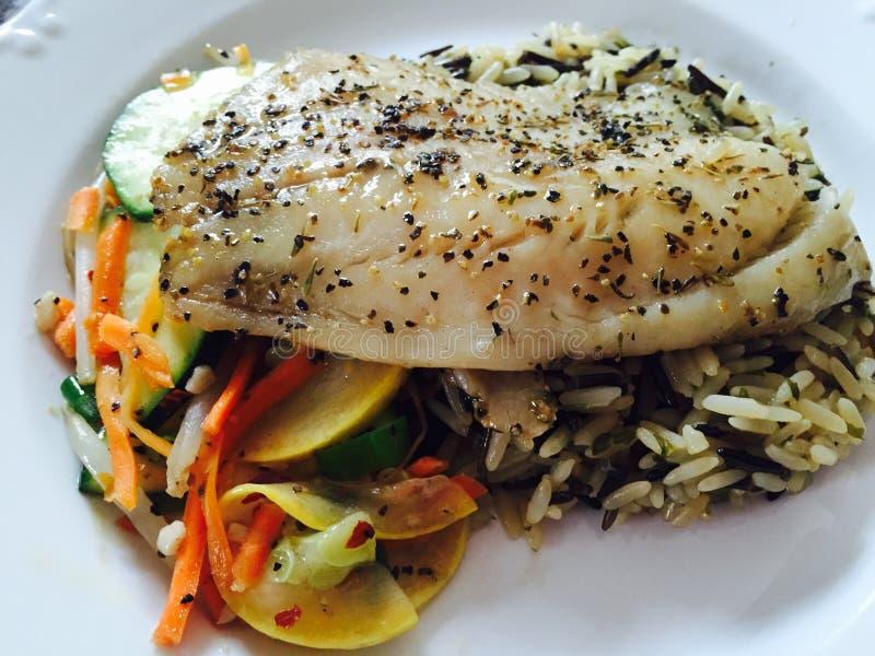 Tilapia met sautéed veggies en wilde rijst royalty-vrije stock afbeeldingen