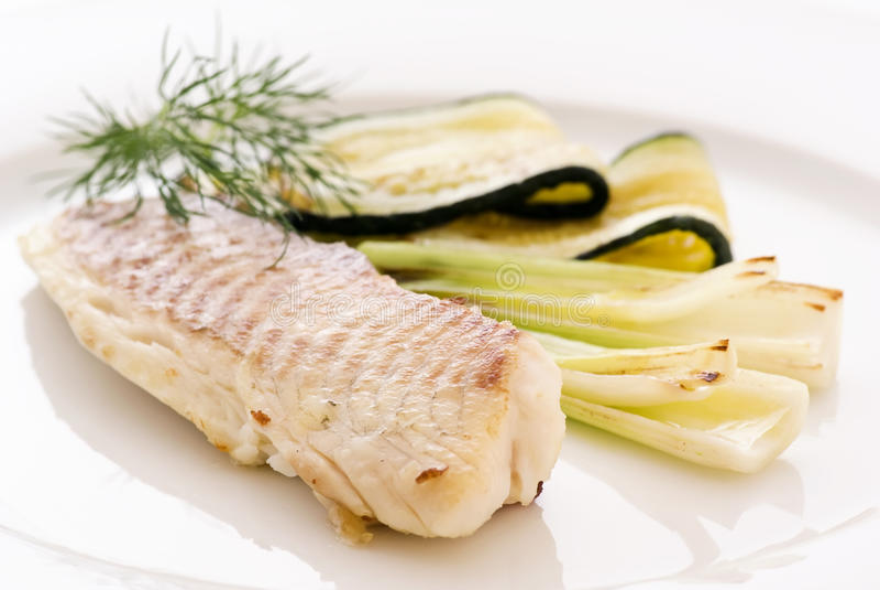 Download Tilapiini com vegetal foto de stock. Imagem de closeup - 16872920