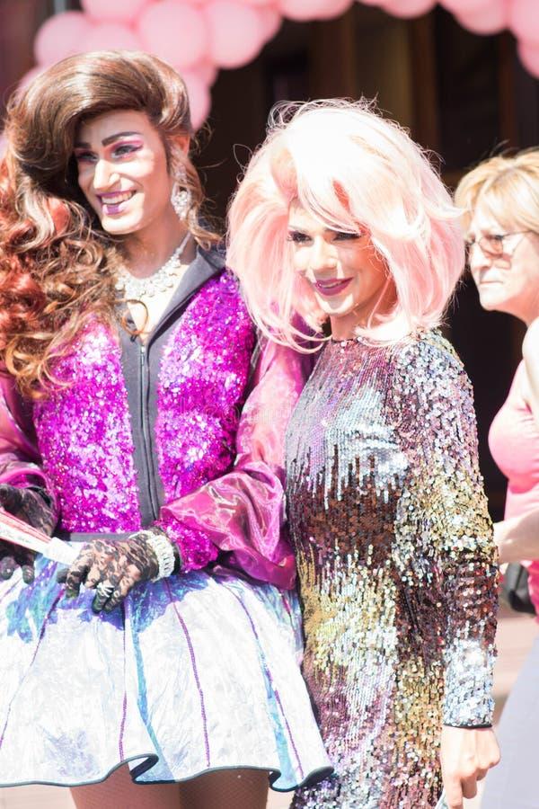 Tilburg, die Niederlande - 22 07 2019: Paare des Transgendermannes in den großartigen Kostümen bei Roze Mandaag - homosexuell, lg stockbild