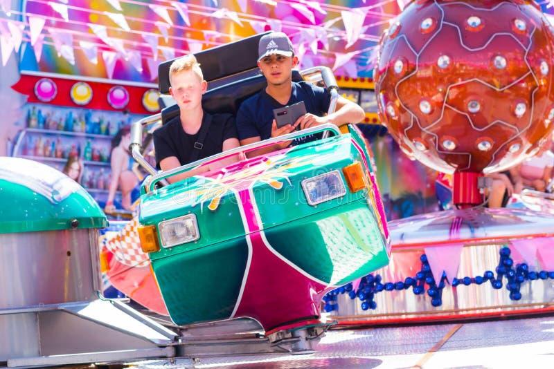 Tilburg Nederländerna - 2207 2019: folket som har en ritt på karusell för avbrottsdans i Luna Park, funfair kallade Kermis i Tilb arkivbilder