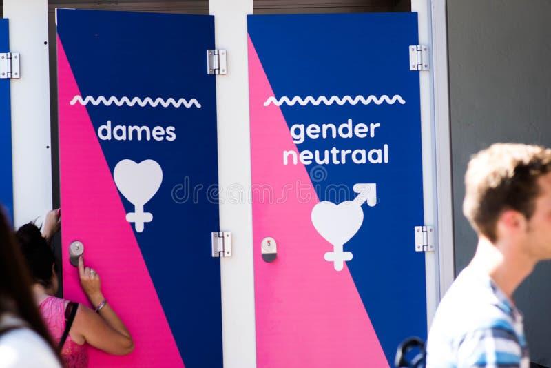 Tilburg, 22 07 2019: Neutrale Toilette des Geschlechtes bei rosa Montag Roze Mandaag - homosexuell, lgbt Stolztag in Tilburg stockbild