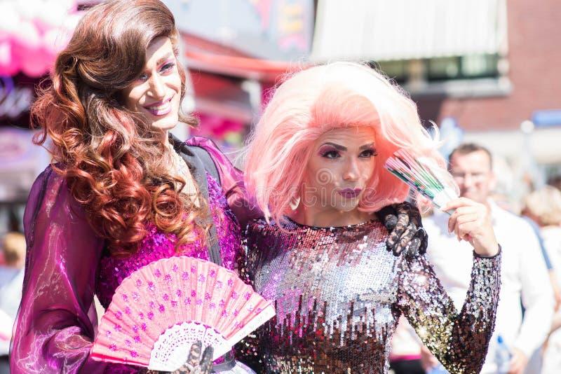 Tilburg, Países Bajos - 22 07 2019: pares del hombre del transexual en trajes espectaculares en Roze Mandaag - gay, pri del lgbt imágenes de archivo libres de regalías