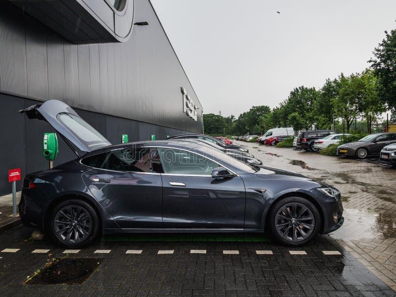 TILBURG, PAESI BASSI - 31 MAGGIO 2018: Modello S 100D di Tesla Pianta dell'Assemblea motori di Tesla a Tilburg, Paesi Bassi immagini stock libere da diritti