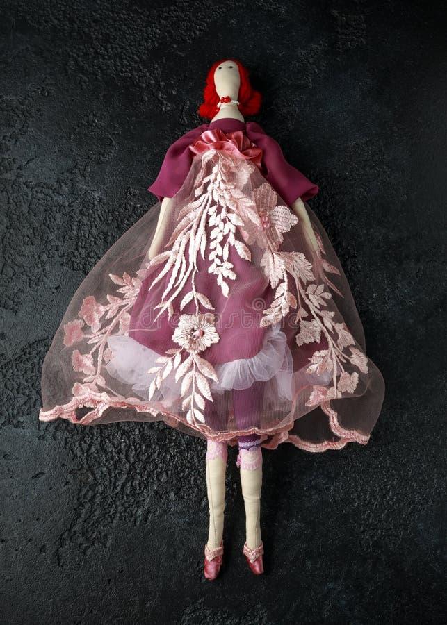 Tilda feito a mão da boneca no vestido bonito com cabelo vermelho fotos de stock