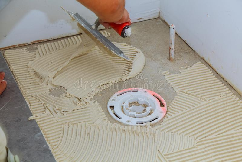 "Tiler και ασβεστοκονιάματος η επισκευή λειτουργεί την τοποθέτηση Ï""Î¿Ï… ÎºÎµÏ στοκ φωτογραφίες"