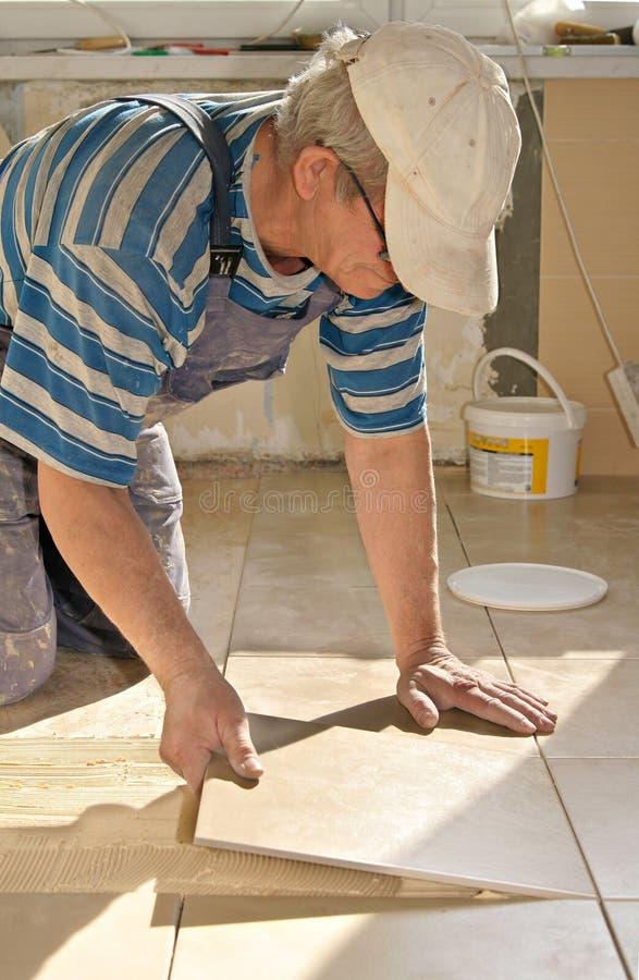 tiler плитки пола стоковые фото