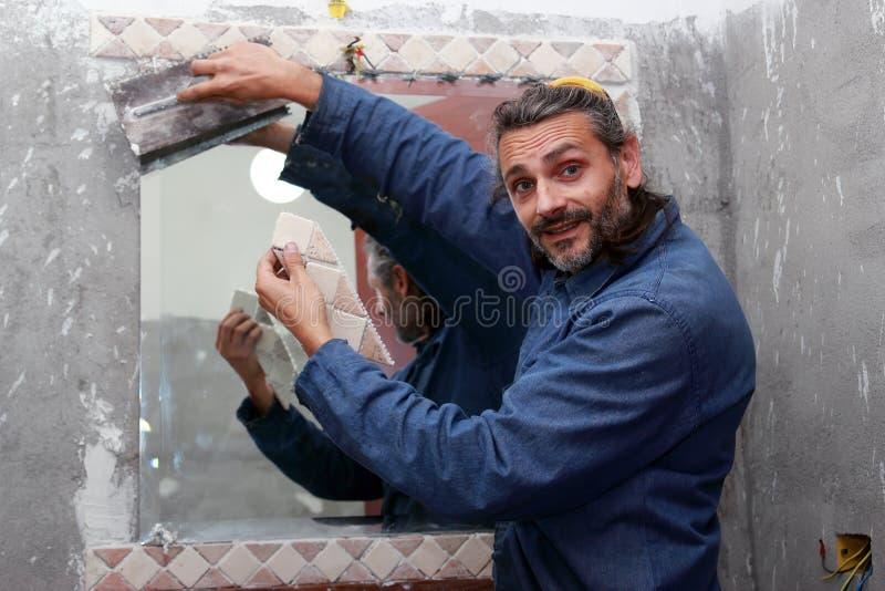 Tiler que instala telhas cerâmicas fotografia de stock royalty free