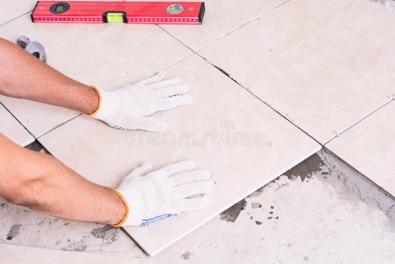 Tiler que instala telhas cerâmicas fotografia de stock