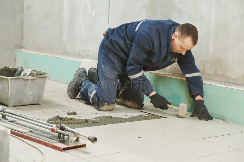 Tilers на промышленной реновации tiling пола стоковые фото