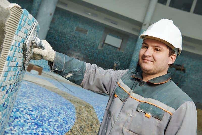 Tilers på det industriella golvet som belägger med tegel renovering arkivfoto