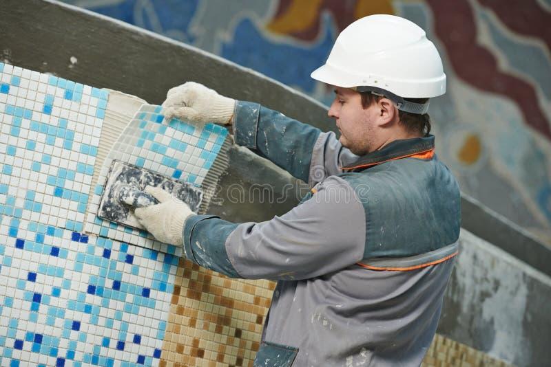 Tilers på det industriella golvet som belägger med tegel renovering royaltyfria foton