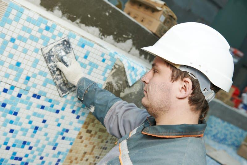 Tilers på det industriella golvet som belägger med tegel renovering arkivbilder