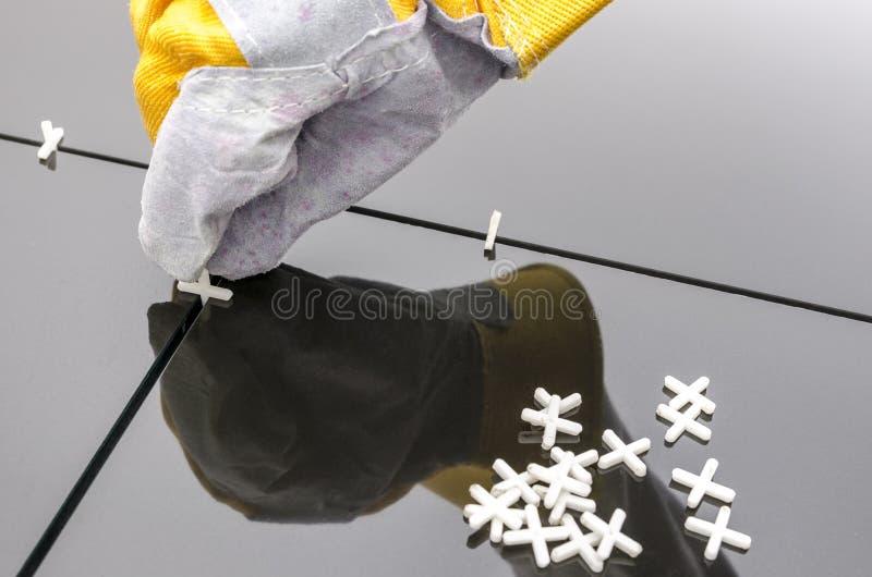 Tilers räcker stundinstallation belägger med tegel arkivbild