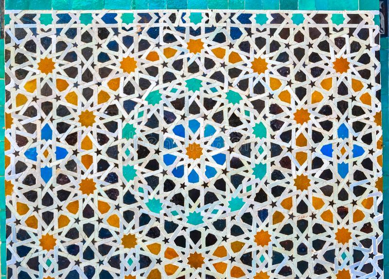 Tilework marroquino do mosaico do zellige na parede Fez, Marrocos fotografia de stock royalty free
