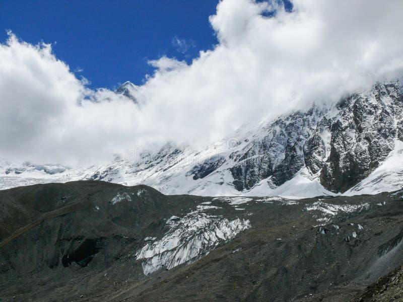 Tilicho努瓦尔的峰顶和的大鹏,尼泊尔 免版税库存图片