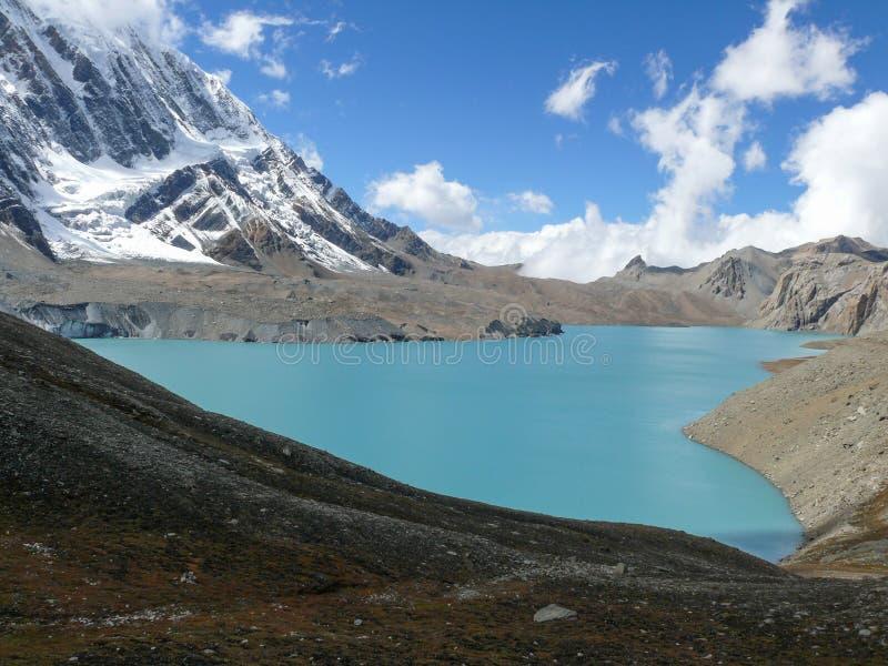Tilicho湖和Tilicho峰顶,尼泊尔 免版税库存图片