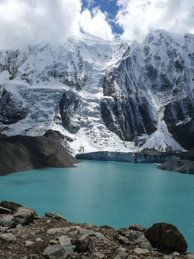 Tilicho湖和Tilicho峰顶,尼泊尔 库存照片