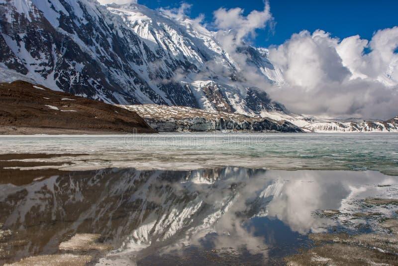 Tilicho för hög höjd sjö i Himalayas, Nepal fotografering för bildbyråer