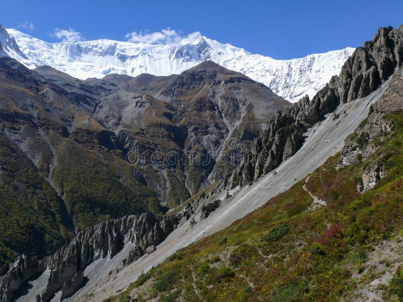 Tilicho når en höjdpunkt, jordskredområde som eroderas vaggar - vägen till den Tilicho basläger, Nepal fotografering för bildbyråer