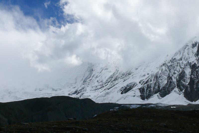 Tilicho-Spitze in den Wolken, Nepal stockfotos