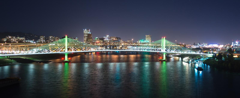 Tilikum пересекая реку Willamette строительства моста Портленда Орегона новое стоковое изображение
