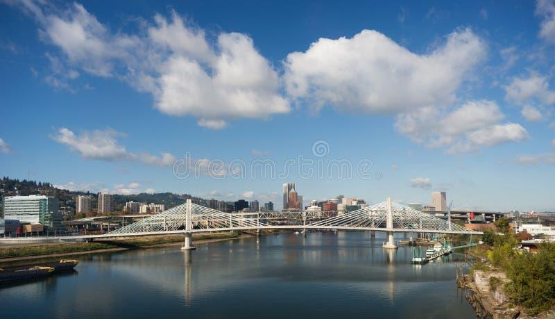 Tilikum пересекая реку Willamette строительства моста Портленда Орегона новое стоковая фотография