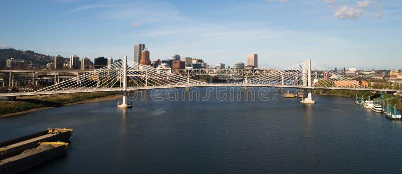 Tilikum que cruza o rio novo de Willamette da construção de ponte de Portland Oregon imagens de stock royalty free