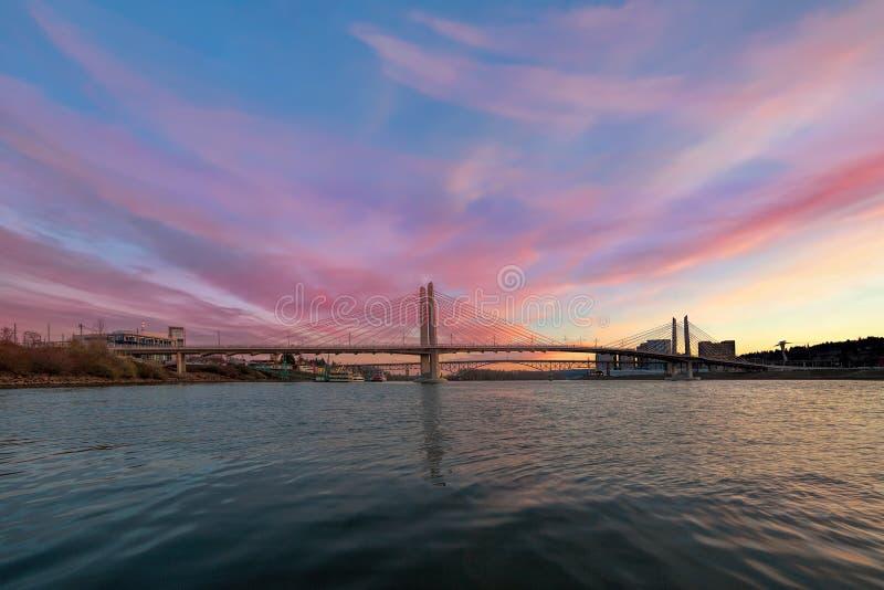 Tilikum que cruza-se sobre o rio de Willamette em Portland Oregon imagens de stock