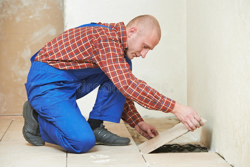 Tilings-Erneuerungsarbeit Boden des Dachdeckers zu Hause lizenzfreie stockbilder