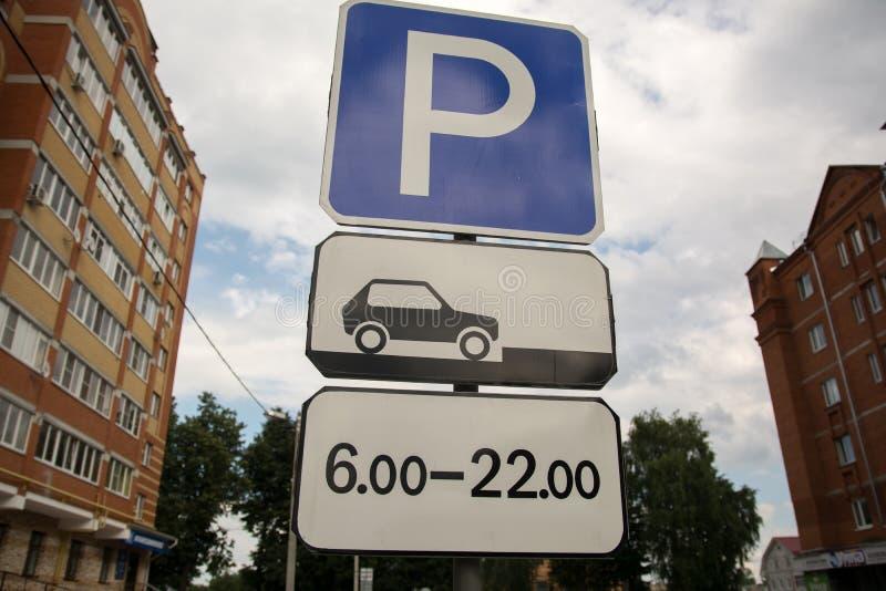 Tillåten vägmärkevinkelparkering arkivfoton
