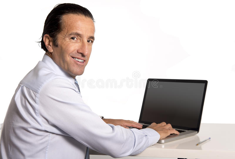 40 till 50 år gammal hög affärsman som arbetar på datoren på kontorsskrivbordet som ser säkert och avkopplat royaltyfria foton