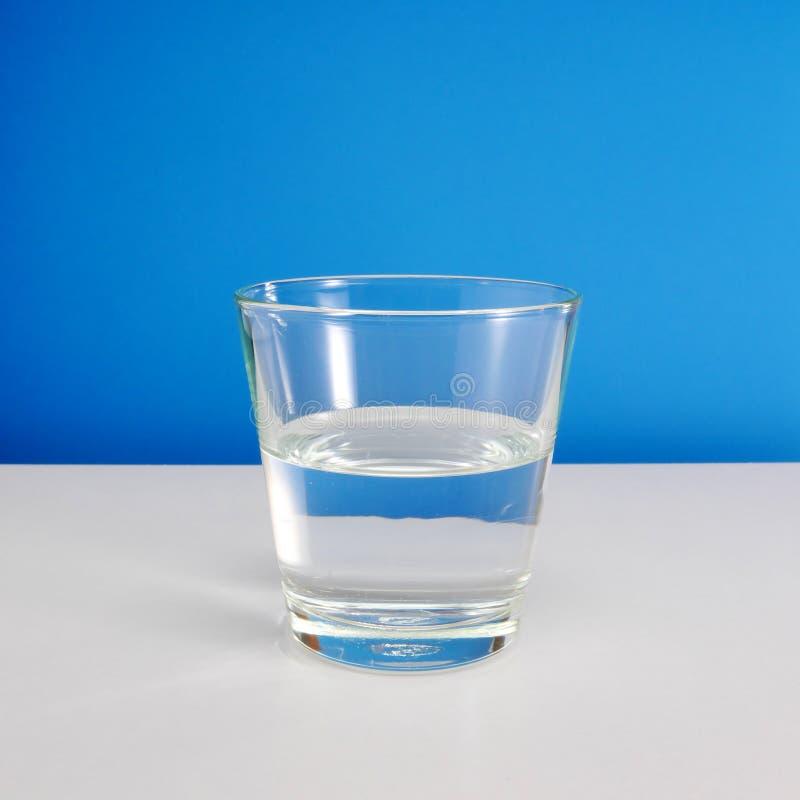 Till hälften tomt eller halvfullt exponeringsglas av vatten (#2) arkivbilder