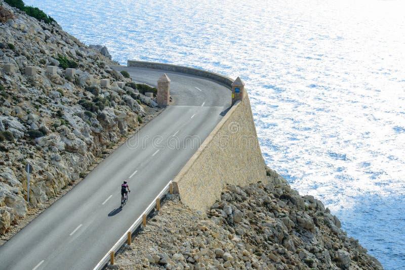 Till locket Formentor med cykeln arkivfoto