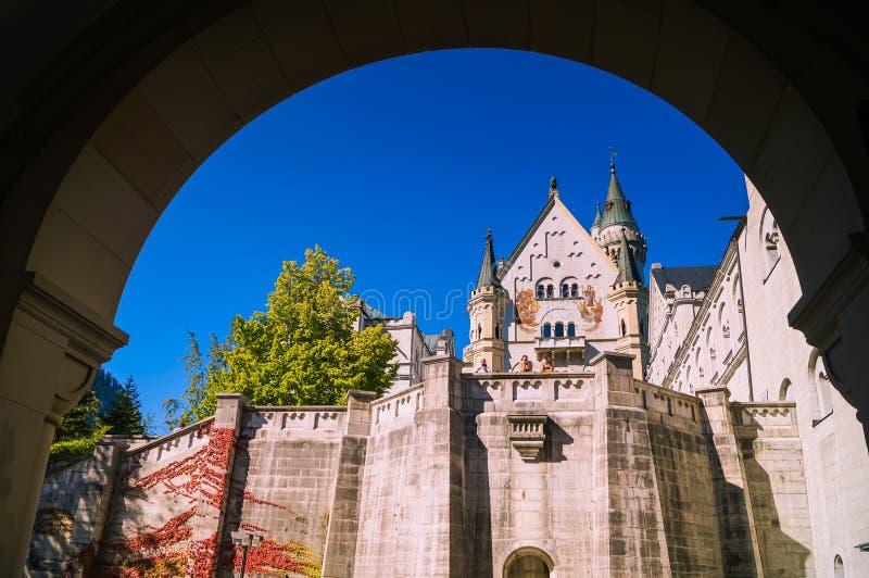 Till och med ingångsporten av den Neuschwanstein slotten royaltyfri fotografi