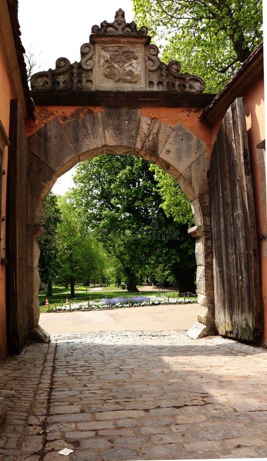Till och med porten in i tr?dg?rden royaltyfria bilder