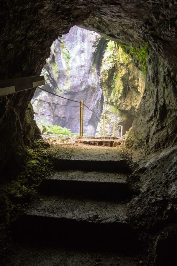 Till och med tunnelen som besöker härliga tolminklyftor i triglavnationalpark, Slovenien arkivfoto