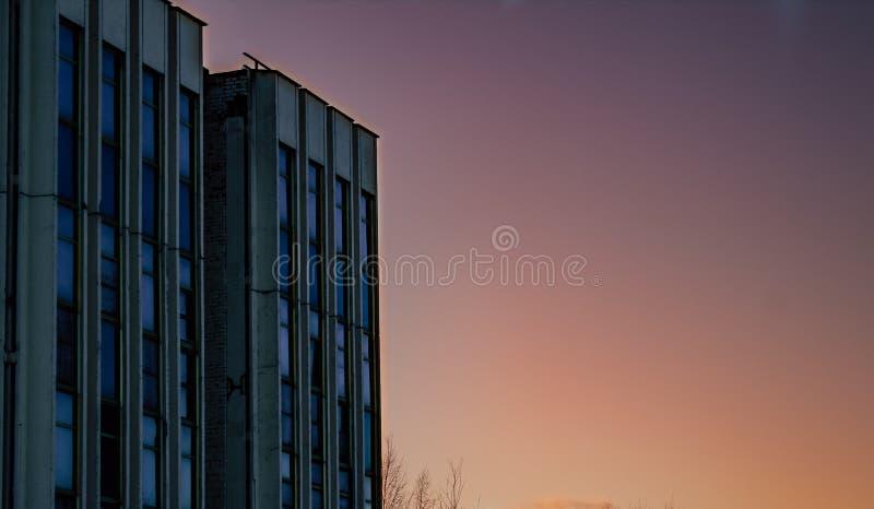 Till salu eller lån grundläggande minsta Shape abstrakt yttre blå himmel för enkelt gammalt hörn för konkret byggnad och moln i b royaltyfri foto