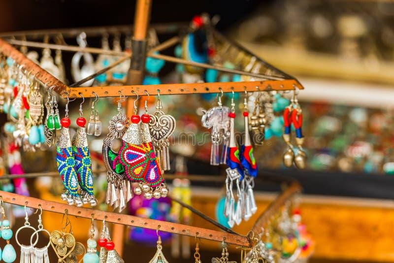 Till salu färgrik garnering Handgjorda örhängen, Luang Prabang, Laos Närbild royaltyfria bilder