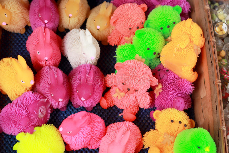 Till salu färgrika plast- leksaker arkivfoton