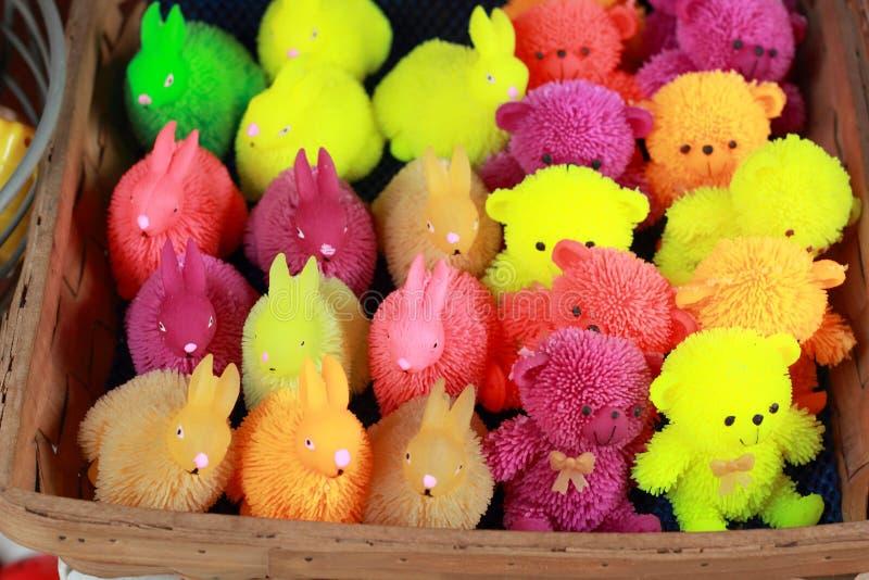 Till salu färgrika plast- leksaker arkivbild
