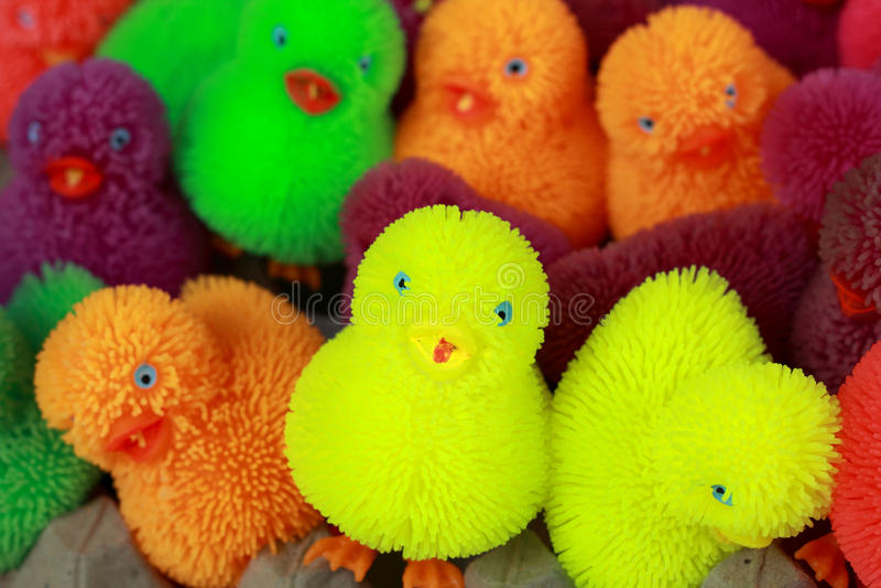 Till salu färgrika plast- leksaker royaltyfria foton