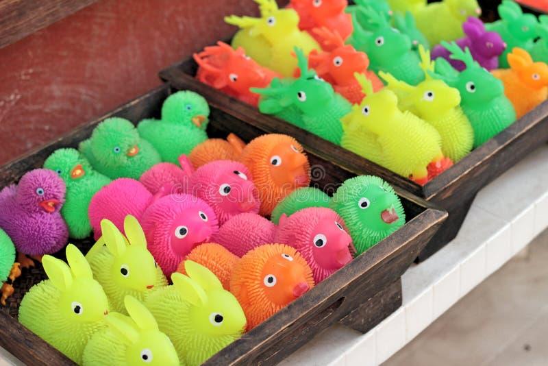 Till salu färgrika plast- leksaker royaltyfri fotografi