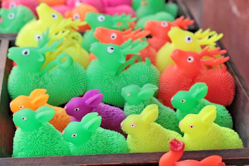 Till salu färgrika plast- leksaker royaltyfri foto