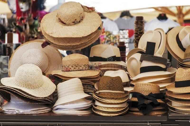 Till salu hattar arkivfoto