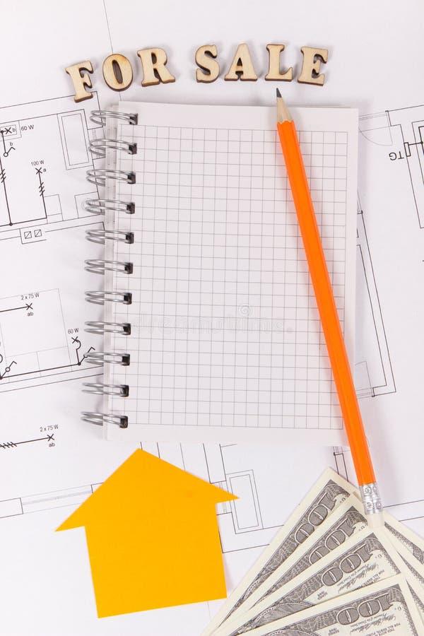 Till salu inskrift, notepad med blyertspennan och pengar p? elektrisk teckning, s?ljande och k?pande hus eller plant begrepp royaltyfria bilder