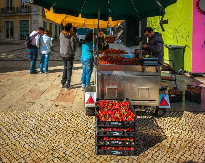 Till salu jordgubbar royaltyfri foto