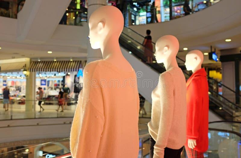 Till salu klädlager, iklätt varuhus för dockor royaltyfria bilder